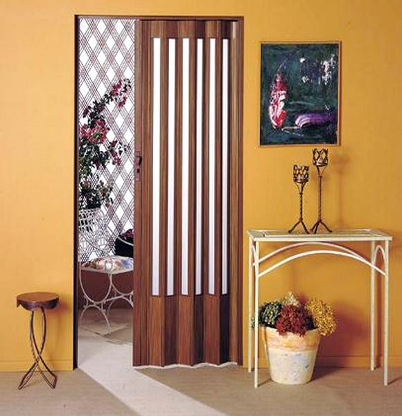 Porta de PVC sanfonada que imita madeira