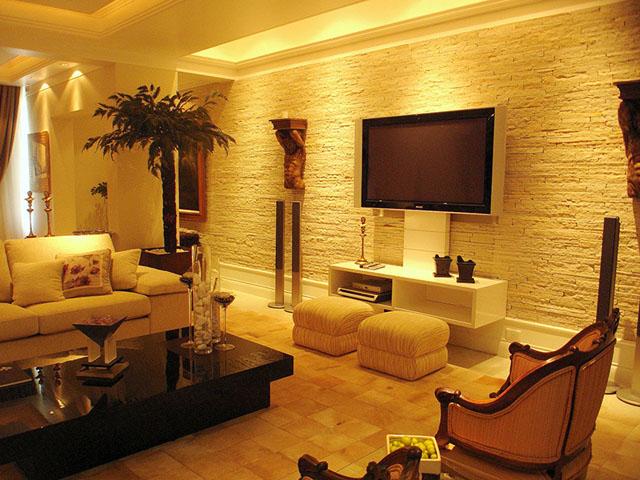 Revestimento com pedra canjiquinha na sala de estar