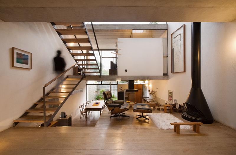 sala de estar com lareira super aconchegante com poltrona do Eames