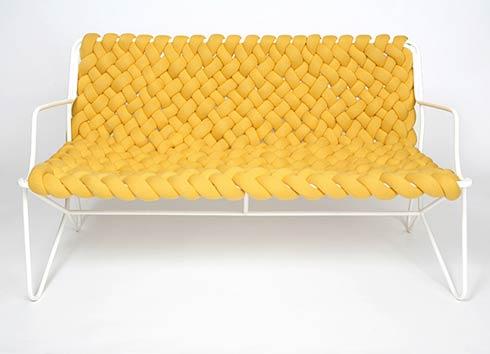 modelo de sofá com material trançado, lembrando os antigos materiais trançados, como o ratan, mas com materiais novos