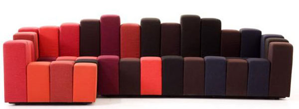Sofá composto por pequenos módulos estofados que podem ser montados de diferentes formas