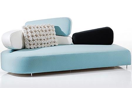 Modelo super moderno e descolado de sofá com encosto assimétrico