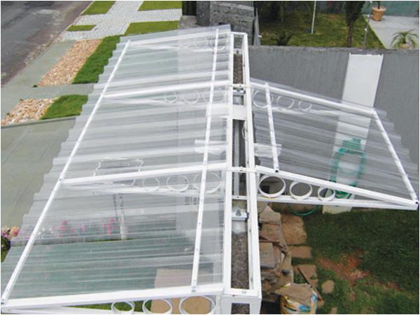 Uso da telha de policarbonato trapezoidal translúcida para cobertura externa