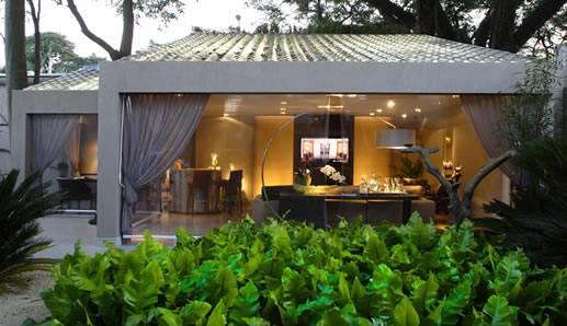 telhado de vidro dando permeabilidade visual a uma varanda aberta