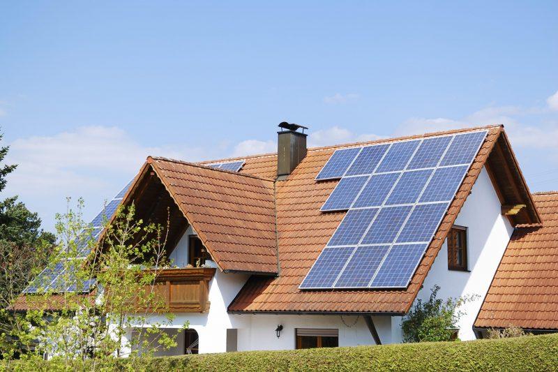 residência que utiliza sobre o telhado diversos módulos fotovoltaicos