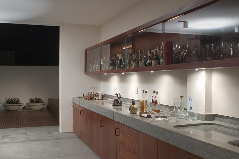 Balcão de cozinha revestido com pedra granito cinza