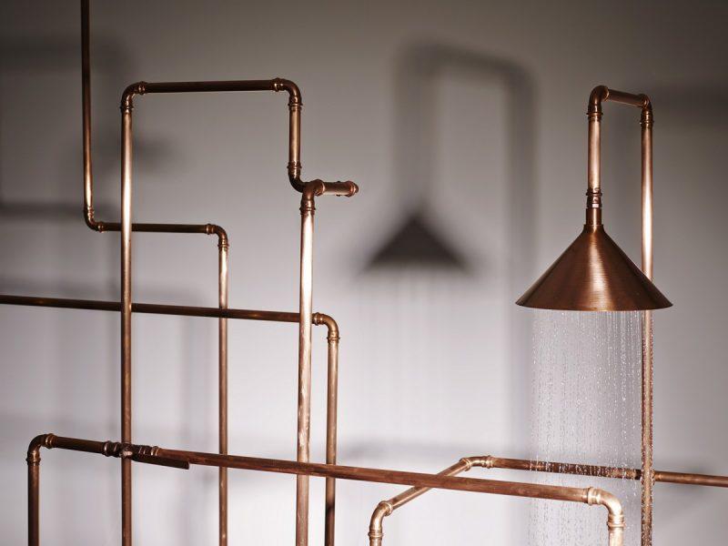 Nesse exemplo artístico, arquitetos brincam com as tubulações de cobre aparente na instalação de água