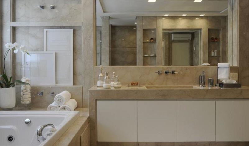 Banheiro residencial revestido com mármore crema marfil
