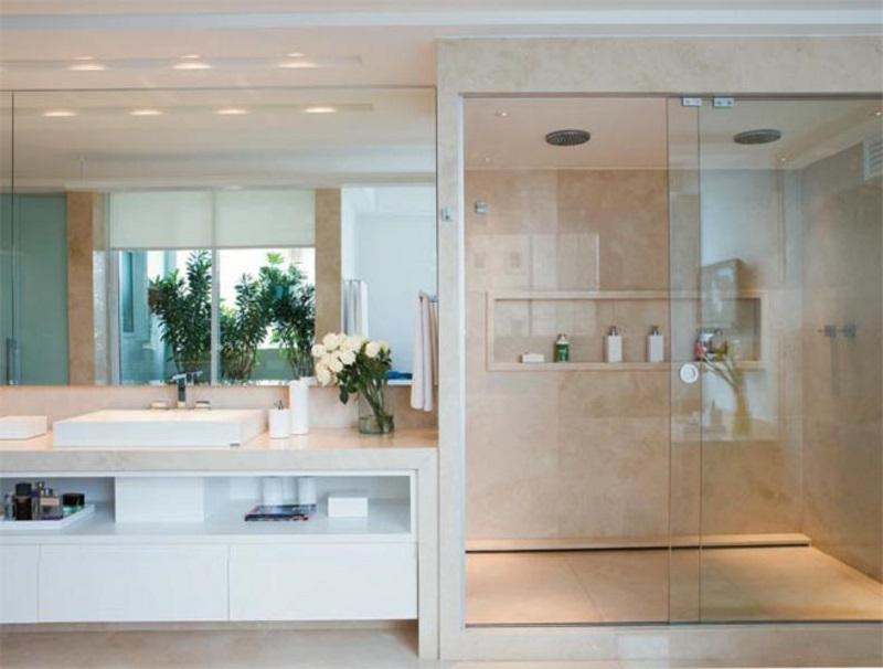 O revestimento desse lavabo foi inteiramente feito com a pedra, desde a bancada até as paredes