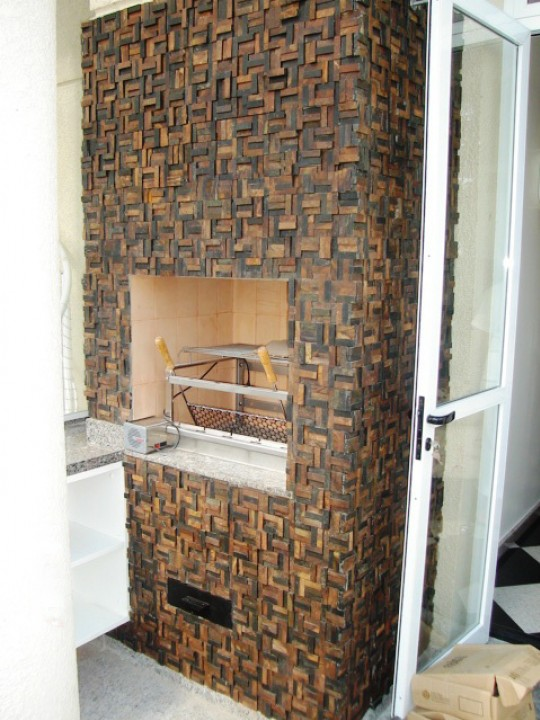 Mosaico de pedras fazendo o revestimento de churrasqueira