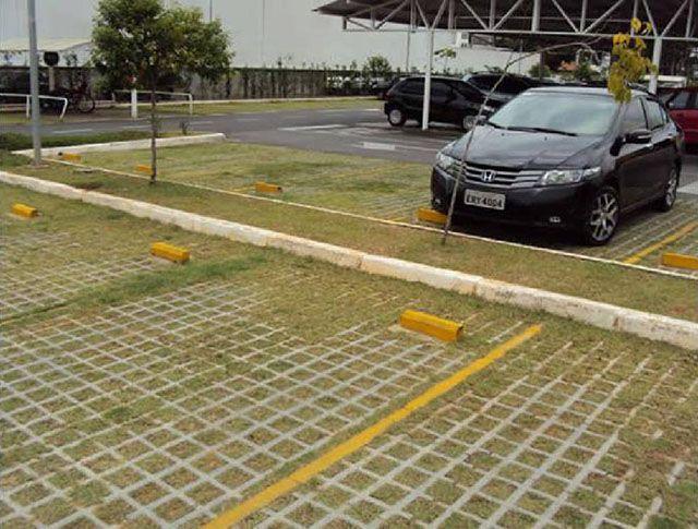 Esse tipo de pavimento grama também é muito popular em estacionamentos