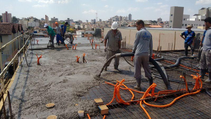 Utilização do vibrador de concreto