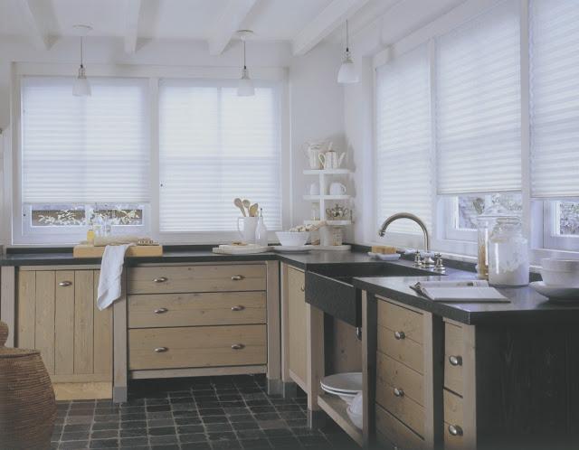 Cozinha com persiana branca para permitir a luminosidade entrar no ambiente
