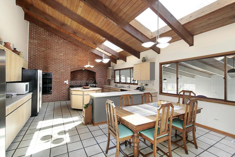 Outra maneira mais simples e direta de aproveitar a luz solar é com o uso de claraboias no teto