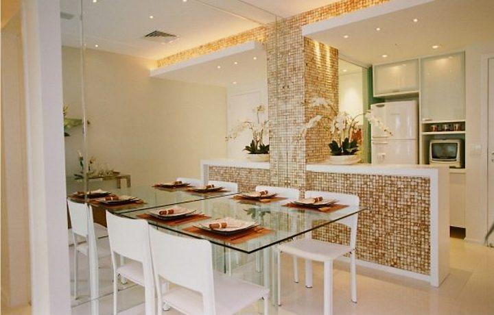Aqui a divisão entre cozinha e sala de jantar é feita por bancada revestida com pastilhas