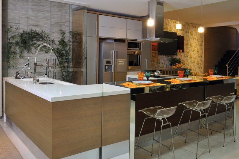 Já esse modelo é o extremo oposto, em que os revestimentos de madeira para cozinha dão um ar super moderno ao ambiente