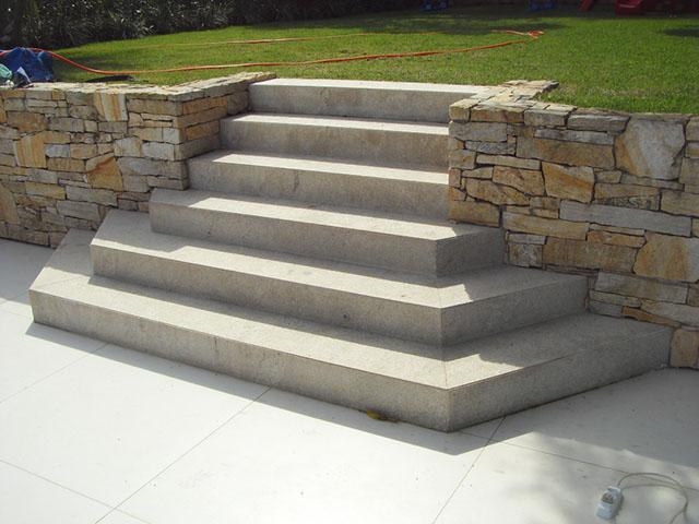 revestimento de escada externa com granito flameado