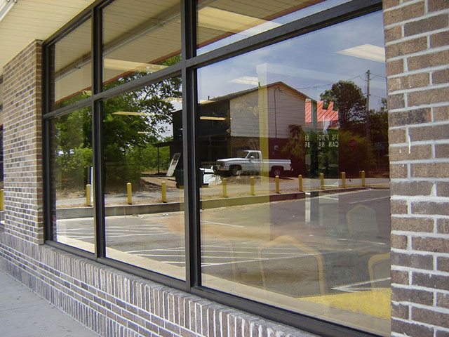 Uma vitrine simples com esquadria fixa de vidro insulado