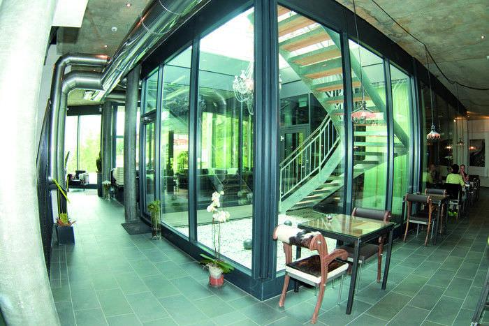 Esquadria para separar pátio interno feita com vidro temperado