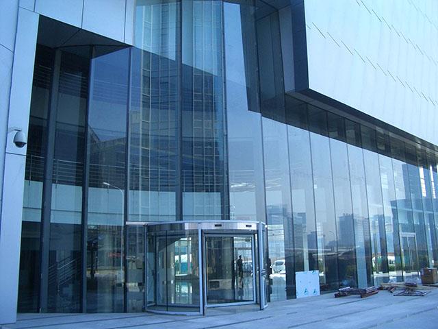 Fachada feita com grandes planos de vidro temperado