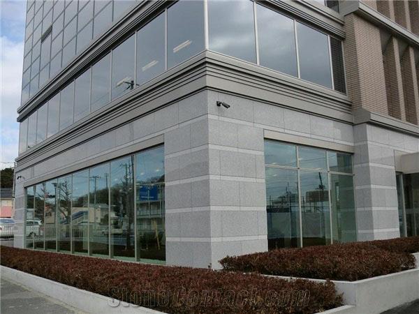 fachada de prédio revestida em granito branco flameado