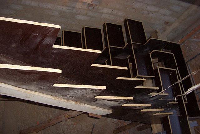 forma de madeirite plastificado para concretagem de escada moldada in loco