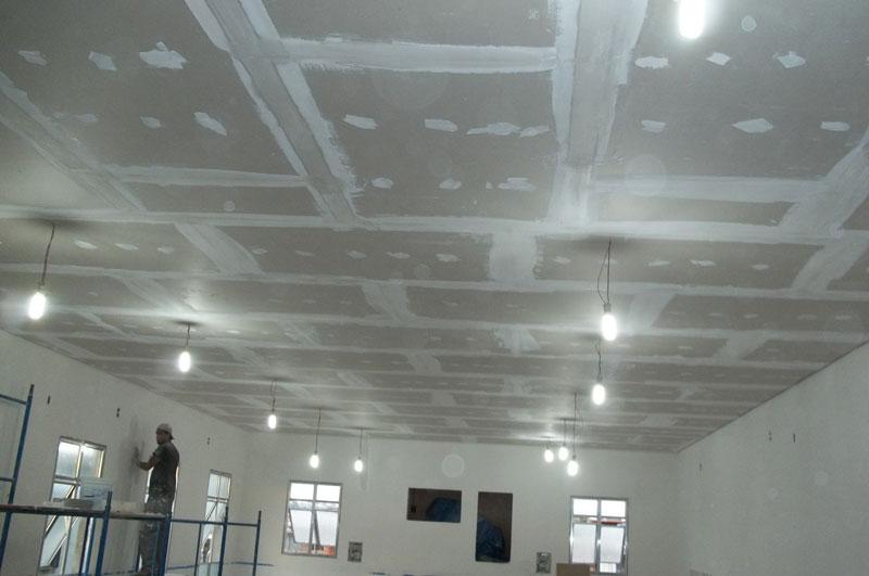Forro de drywall com aplicação de gesso cola nas interfaces da placas de gesso