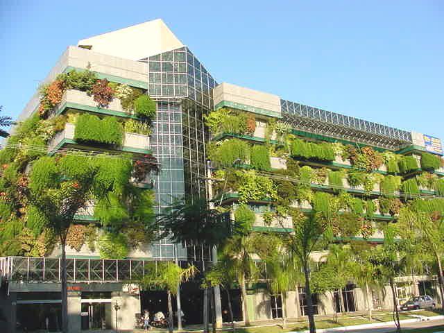 A ideia simples desse prédio é usar a vegetação das floreiras para cobrir parte da fachada