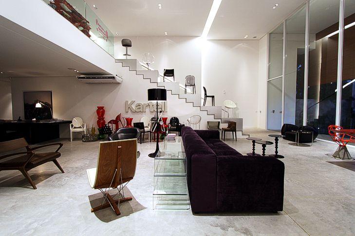 interior residencial com piso e escada revestida em granito branco flameado