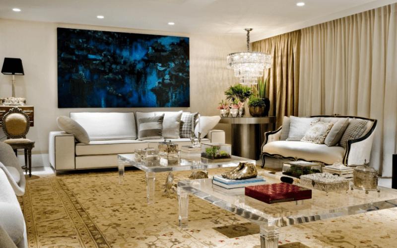 Já essa sala de estar mistura o design moderno dos móveis ao charme clássico do pendente de cristal