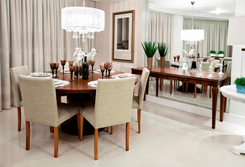 A sala de jantar é o ambiente mais clássico para a instalação de pendentes de cristal, dando um ar bastante clássico ao ambiente