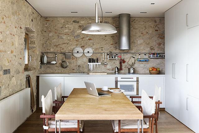 revestimento discreto das paredes da cozinha com pedra