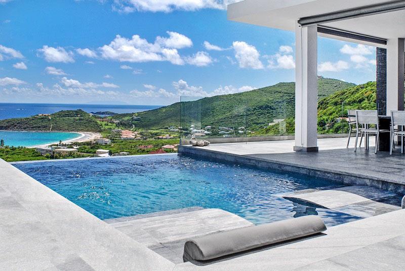 Borda de piscina revestida toda em granito flameado cinza