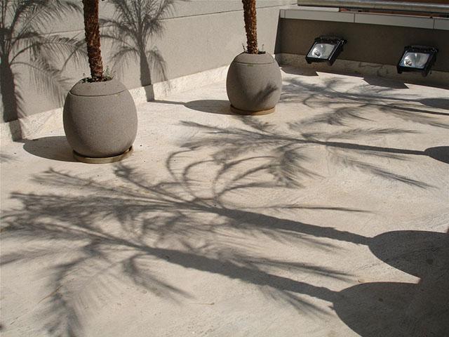 piso externo de granito branco flameado