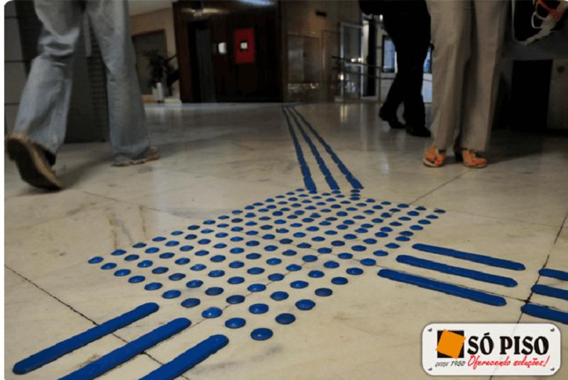 Piso emborrachado tátil no interior de agência bancária