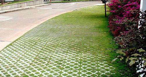Além disspo, possui usos diversos na parte externa, como em calçadas e passagens de pedestres.