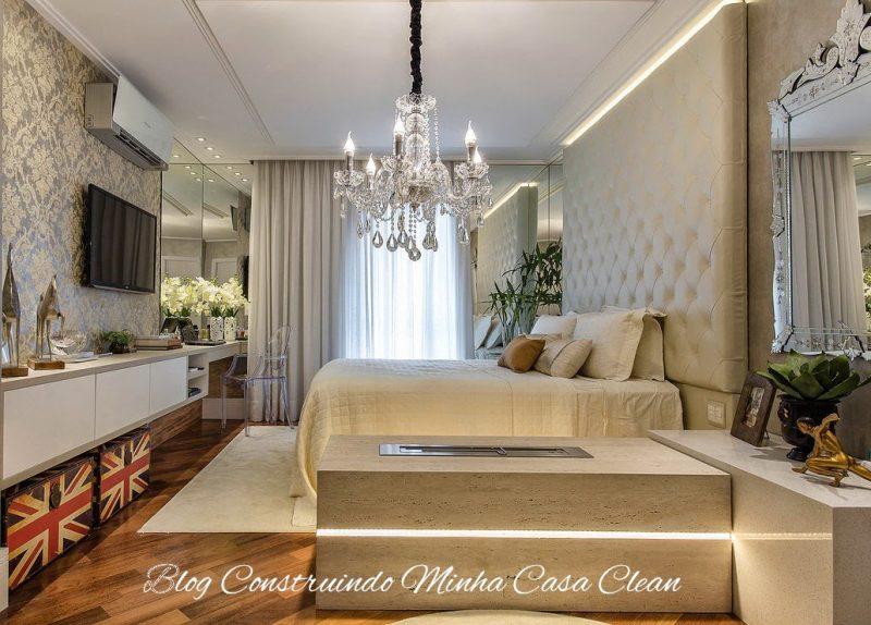 A combinação do lustre de cristais, papel de parede, cabeceira capitonê e o espelho veneziano ficou perfeita