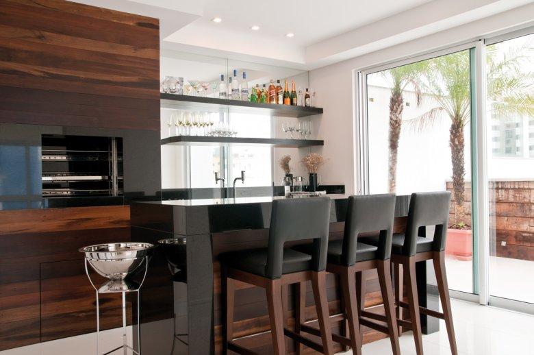 Os revestimentos de madeira ficam sublimes quando combinam com a decoração de todo o ambiente
