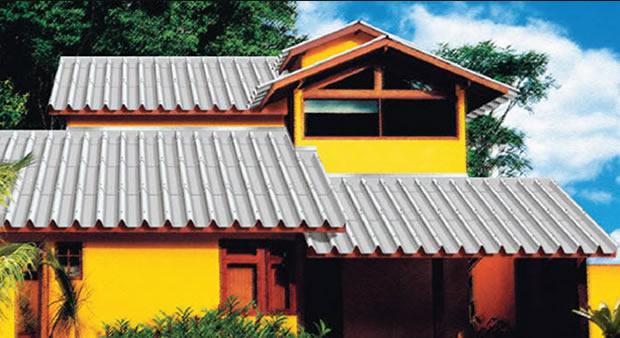 Telhado residencial com telhas trapezoidais de fibrocimento