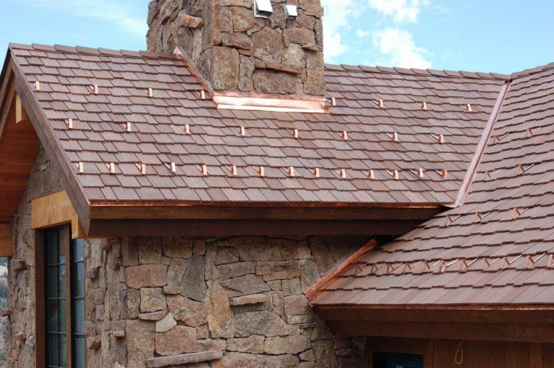 Modelo de telhado rústico com telhas em placas plasticas para cobertura