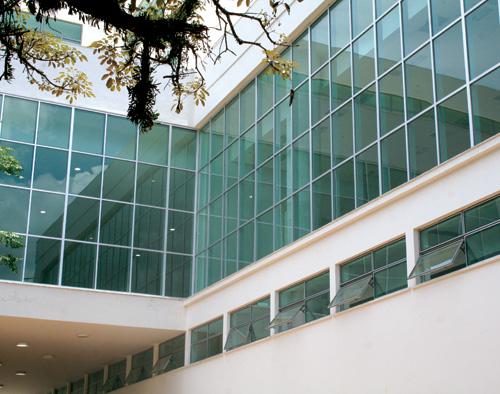 Fachada de vidro comum de prédio modernista, com esquadrias em alumínio