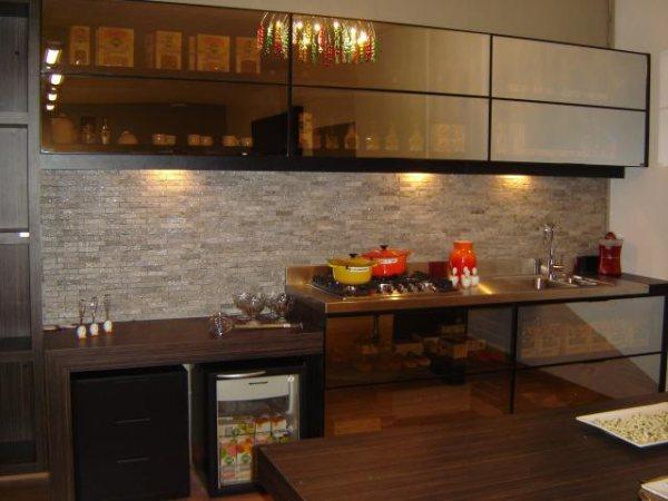 parede de cozinha decorada com mosaico filetado de pedra mineira