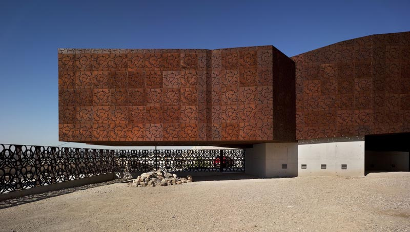 Fachada de aço patinável do museu Monteagudo, na Espanha, feito com corten recortado