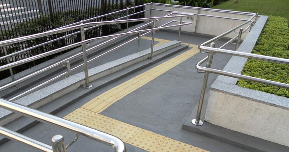 barras de acesso em rampa para cadeirante acompanhadas de marcação no piso tátil