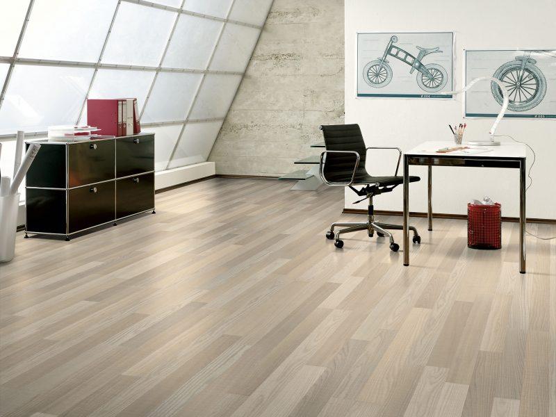 Esse escritório usa cor bem clarinha para revestimento de piso laminado