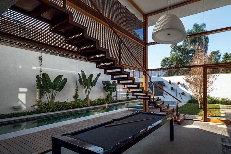 Pode ainda ser usado para a composição de elementos internos, como as vigas dessa escada