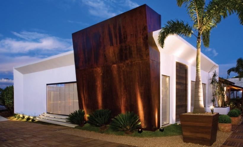 Fachada residencial com elemento em aço corten