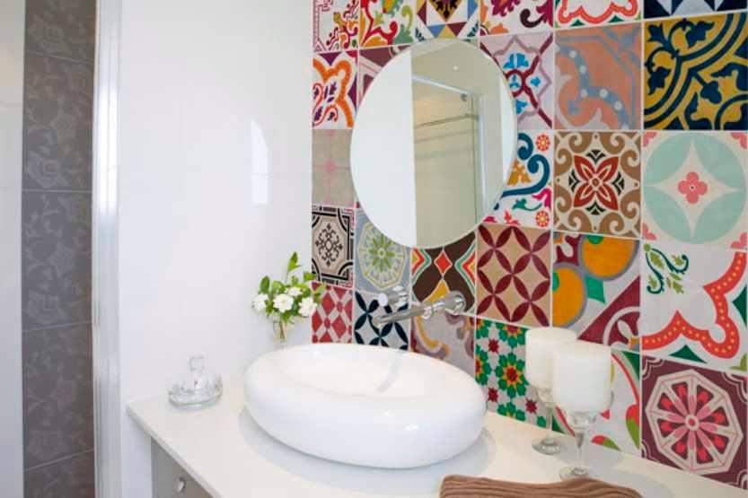 Ideia super bacana esses azulejos coloridos formando um gradiente de cores na parede do banheiro