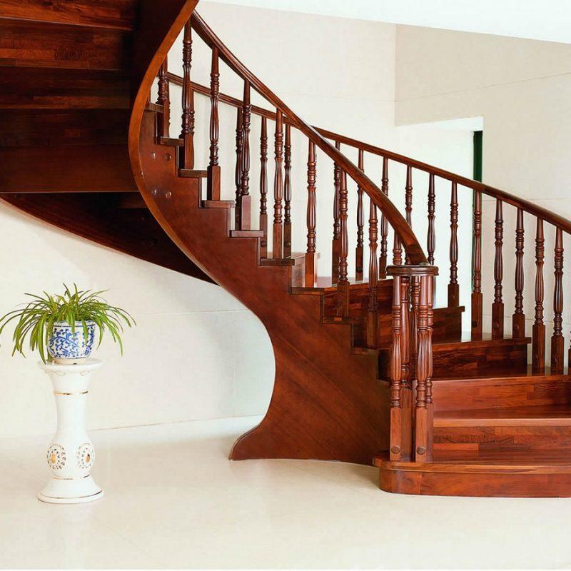 Modelo de corrimão de escada bem clássico em balaustrada de madeira