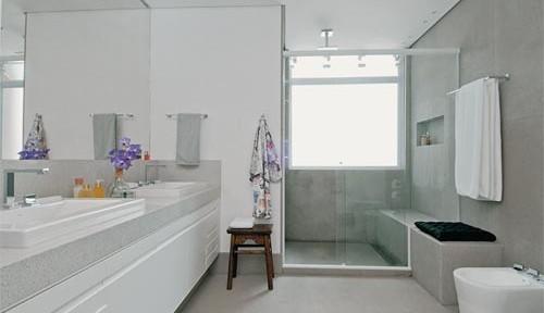 armário com bancada apoiado sobre o cão do banheiro